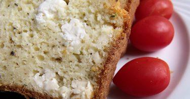 Une part de cake salé à la feta accompagné de petites tomates