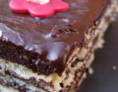 Le succès au chocolat est composé de dacquoise et de mousse au chocolat