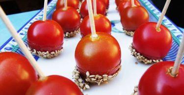 Les tomates cerises caramélisées sont une idée légère pour un apéro dinatoire