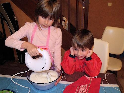 2 enfants qui préparent un gâteau au chocolat facile pour Halloween