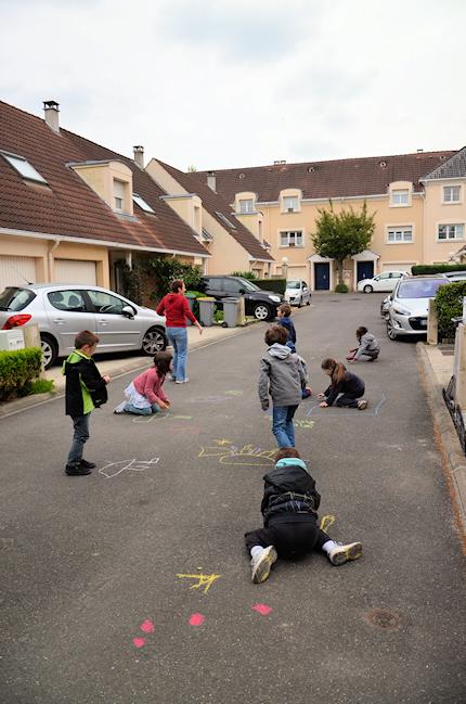 Activité de plein air pour des anniversaires: repeindre la rue