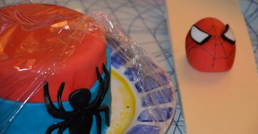 Le gâteau Spiderman en cours de réalisation