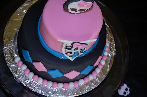 un gâteau à étage sur le thème Monster High en pâte à sucre