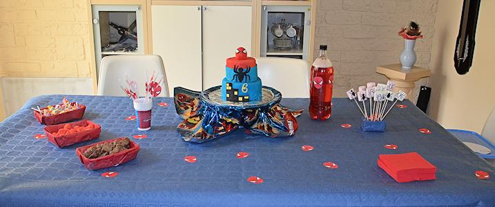 Une sweet table Spiderman avec du rouge et du bleu