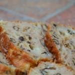 Cake roquefort, poire et noix