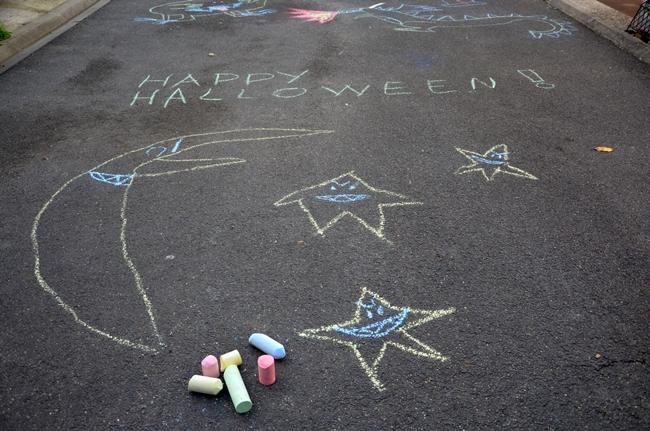 Dessiner dans la rue pour Halloween, une chouette activité