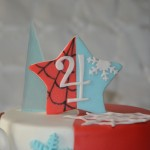 Gâteau double-thème : Spiderman et Reine des neiges (pâte à sucre)