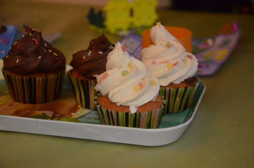 cupcakes aux pépites de chocolat et ganache au chocolat blanc