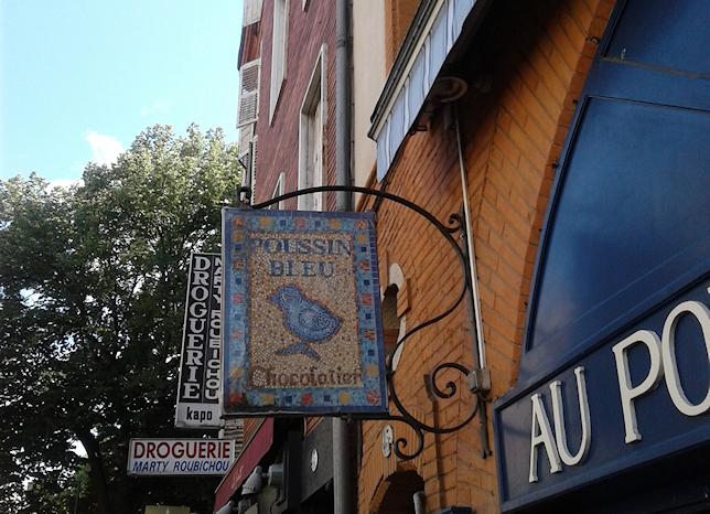 Enseigne du Poussin Bleu, chocolatier à Toulouse