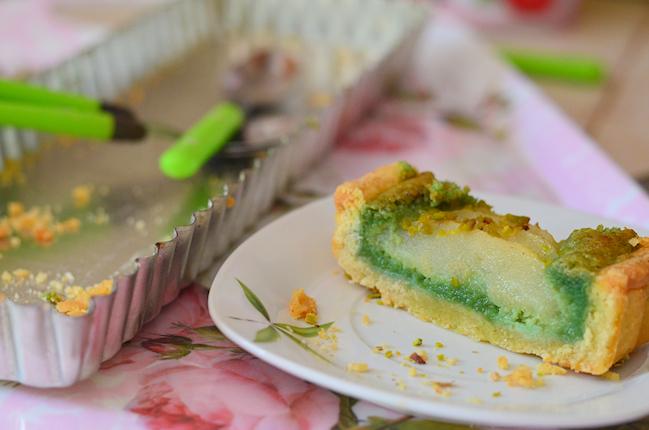 une part de tarte amandine à la poire et pistaches