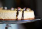 coulis de chocolat sur les bords du cheesecake citron spéculoos