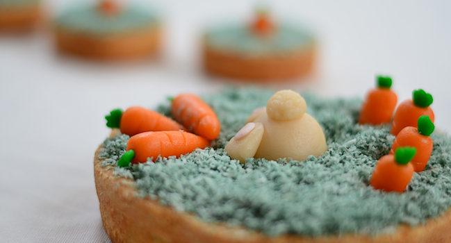 une tarte au chocolat et noix de coco décorée sur le thème de Pâques