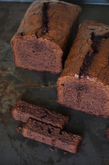 Un cake au chocolat moelleux au coeur et à la croûte craquante