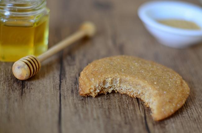 Un cookie au miel fait avec la recette de cookies sans oeuf