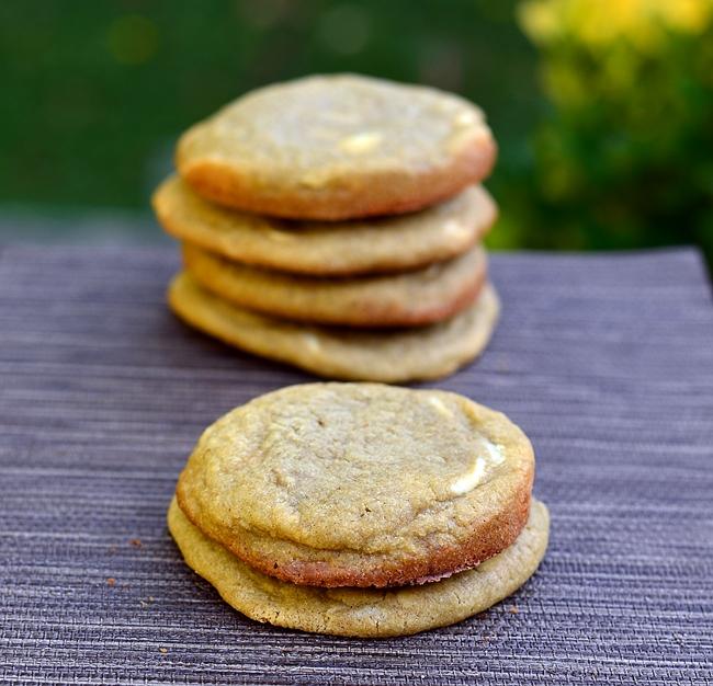 pile de cookies au thé matcha et chocolat blanc