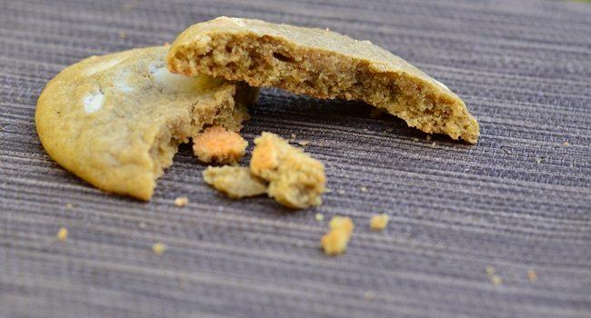 l'intérieur d'un cookie matcha chocolat blanc