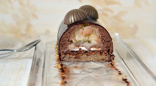 découpe de la bûche poire-chocolat