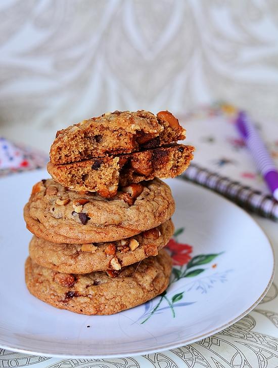 pile de cookies aux cacahuètes caramélisées