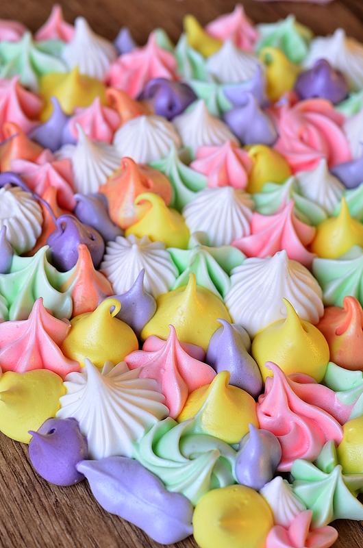 Plein de meringues de toutes les couleurs pour faire une meringue coeur
