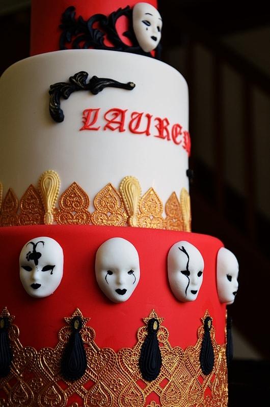 Vue transverse d'un gâteau carnaval en pâte à sucre