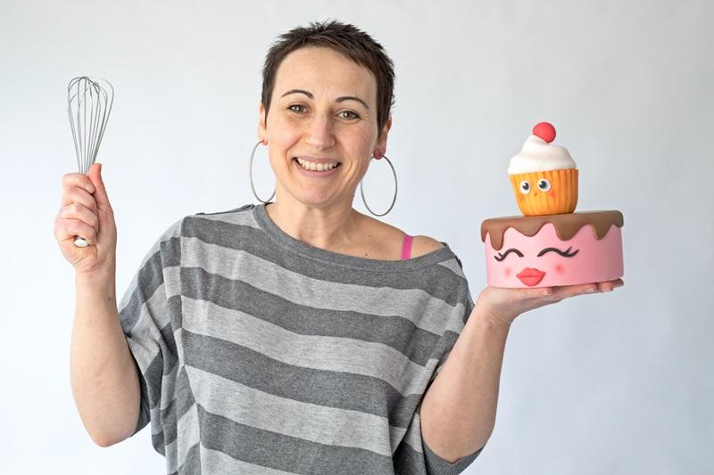 Créatrice de cake toppers personnalisés en pâte à sucre