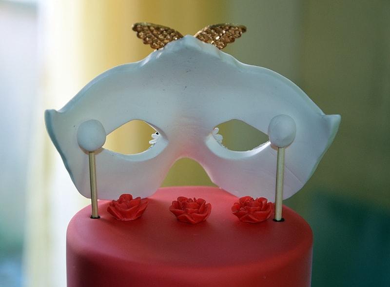 vue de l'étayage arrière d'un masque en pâte à sucre sur un gâteau carnaval