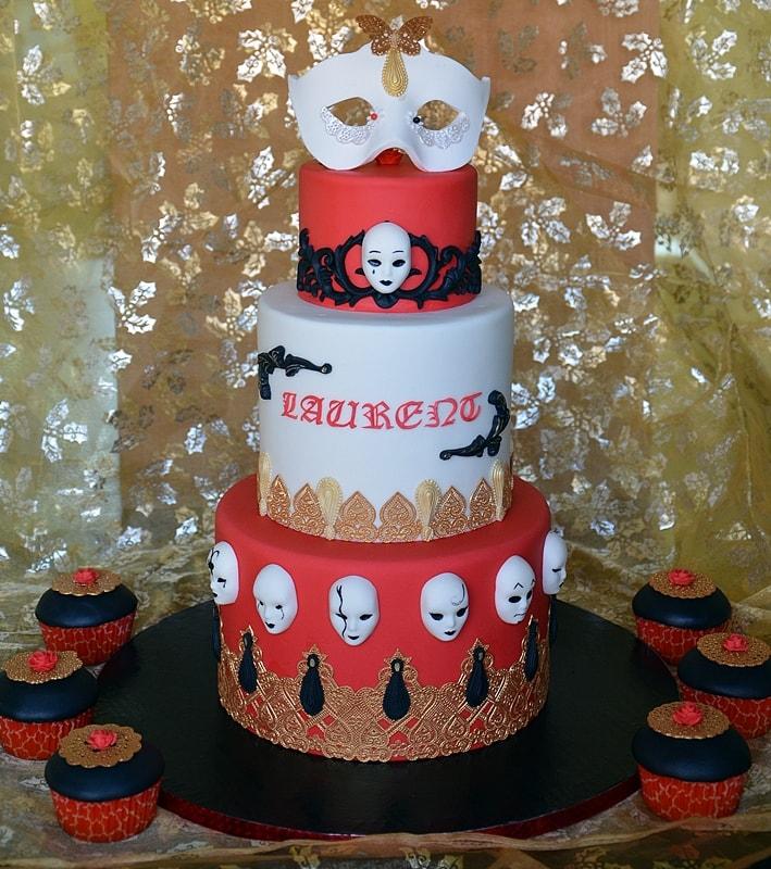 Le gâteau carnaval de Venise en entier de 3 étages et ses cupcakes baroques assortis autour