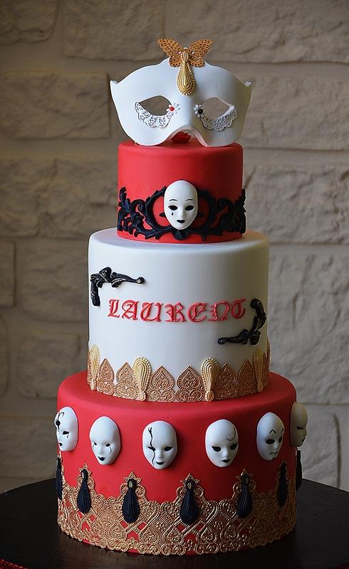 Gâteau Carnaval rouge or et noir avec des masques