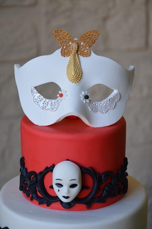 Cake topper Masque en pate a sucre sur un gateau carnaval