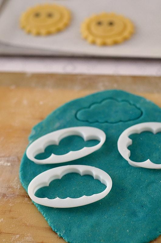 pâte à biscuits bleue et emporte-pièce pour faire des biscuits nuage de printemps