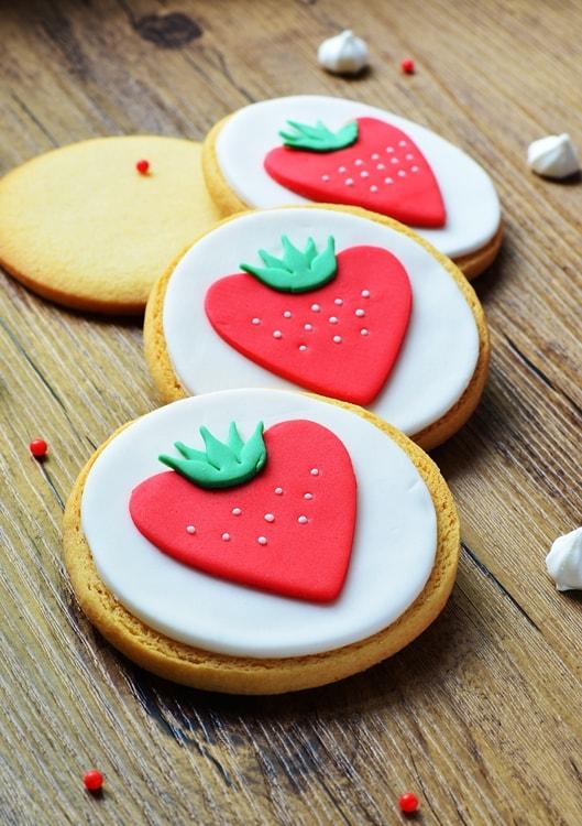 Biscuits décorés en pâte à sucre sur le thème de la fraise