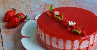 un cheesecake fraise sans cuisson, tout rose, avec un glaçage gourmand