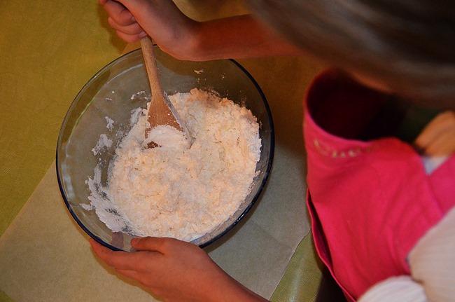 Préparation de pâte à squelette fondant pour la recette d'Halloween