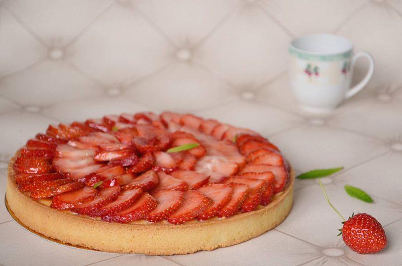 une tarte aux fraises,, à l'abricot et aux amandes