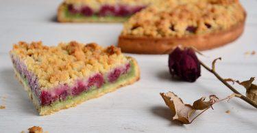 part de tarte aux framboises et pistache et son crumble